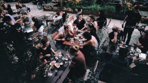 Gäste sitzen draussen in der Stone Brewing Tap Room in Berlin