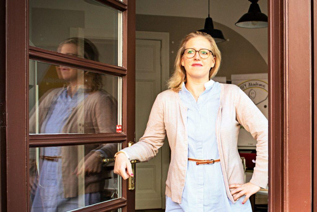 Johanna Caspers, Gründerin der Why Akademie, ist Mum-Boss, Vertriebstalent und Fürsprecherin für die Selbstständigkeit.