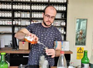 Milan von Our/Berlin mixt für seine Gäste einen Mai Tai