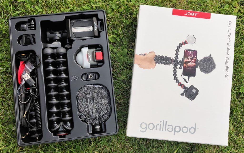 Joby Vlogging Kit Die Verpackung und die Anordnung der Teile sehen ansprechend und strukturiert aus.